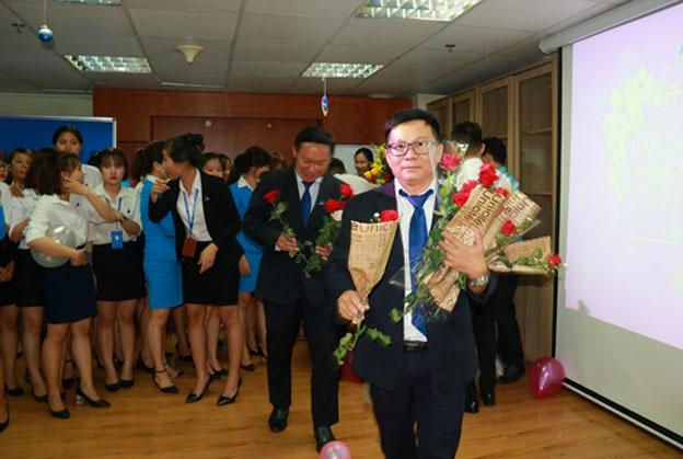 Ông Phạm Viết Khai – Chủ tịch Công đoàn trao hoa cho CBNV nữ