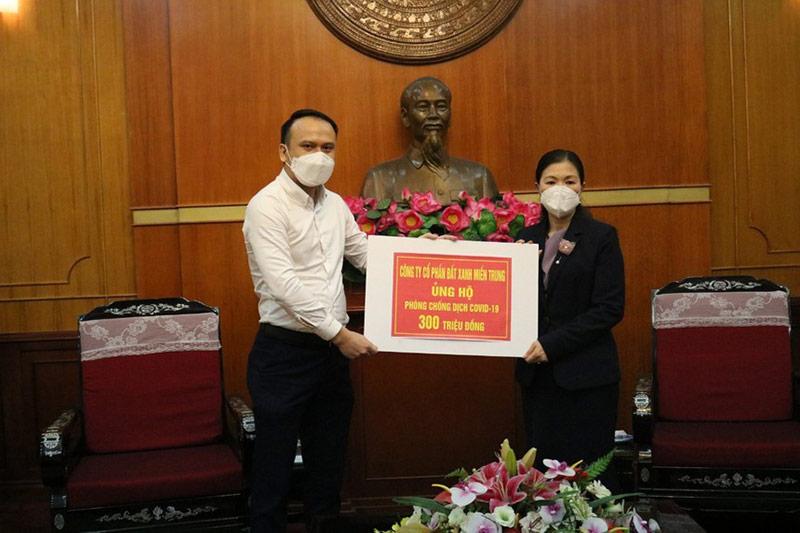 Đại diện Đất Xanh Miền Trung trao 300 triệu đồng cho Quỹ phòng chống dịch COVID-19 vào tháng 4/2020.